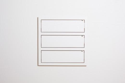 フラットに壁に収納できる壁面収納Flapps Shelf 横長3段を閉じたところ