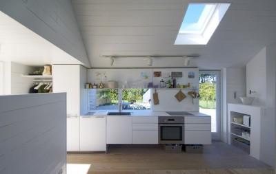 平屋を5軒星形に配置したデンマークの夏の家のダイニング・キッチン1