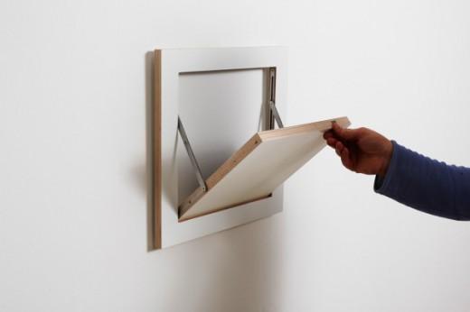 フラットに壁に収納できる壁面収納Flapps Shelf 正方形を開く