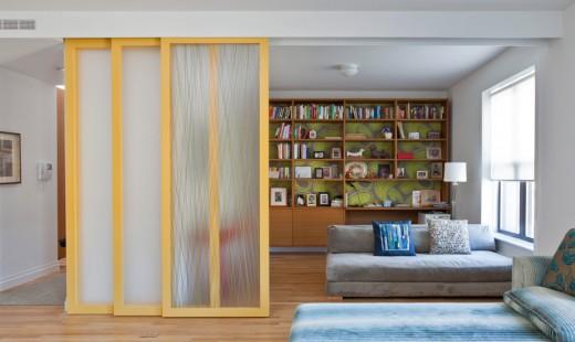 木製フレームとアクリル樹脂の半透明パネルのスライドドアで仕切られるリビングの一画 閉め始め