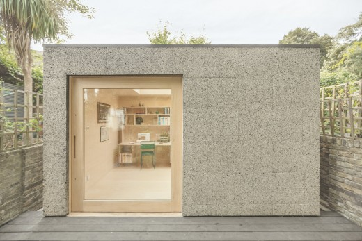 ロンドン北部の某邸裏庭に建つ2人用のワークスペース用の離れの外観1正面