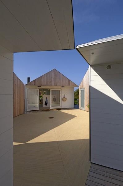 平屋を5軒星形に配置したデンマークの夏の家の中庭スペース2