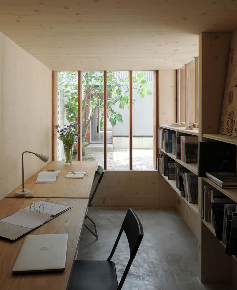 薄暗く落ち着く雰囲気の中庭に面した書斎
