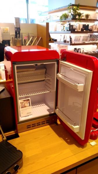 2台目の冷蔵庫 二子玉川 蔦屋家電にあったSMEGの小型冷蔵庫FAB5URR 扉を開いたところ_[0]