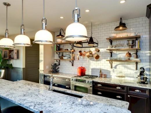 サブウェイタイル貼りの明るくゆったりとしたキッチン