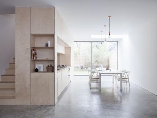ロンドン北部イズリントンの街に建つメゾネットの2LDKのダイニング・キッチンと階段