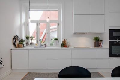 大きな窓のある明るくコンパクトなキッチン