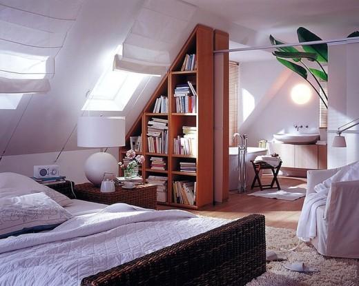 包まれ感と開放感が共存する屋根裏部屋のベッドルームとバスルーム