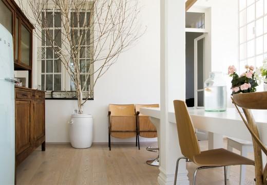 格子窓に囲われた明るく開放的な白基調のダイニング・キッチン2