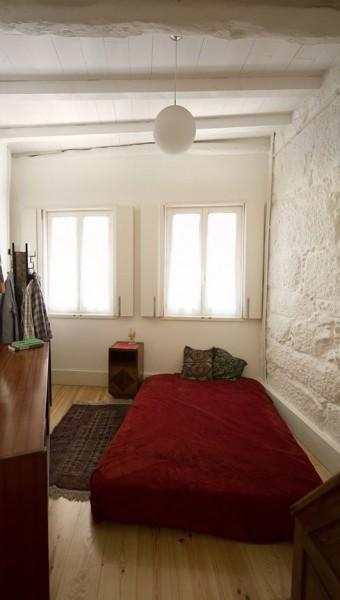 ポルトガル ポルトの中心部に建つ三角形の狭小住宅のベッドルーム
