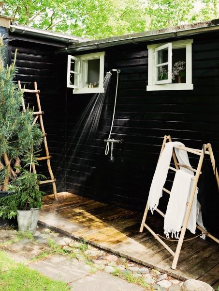 ウッドデッキのテラスの片隅に作られた屋外シャワーブース