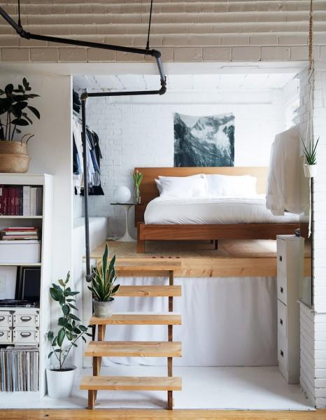 リビング・ダイニングから半フロア上がった包まれ感のあるコンパクトなベッドルームをリビング側から