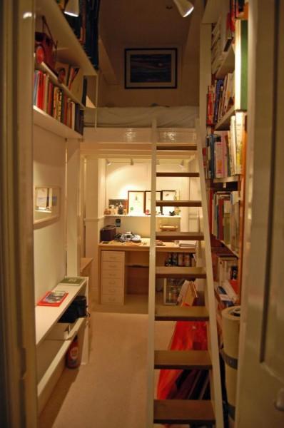隠し扉の向こうのコンパクトな書斎とロフトベッド