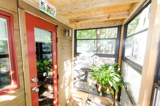 2つのロフトのあるトレーラーハウスの最後尾 キッチン奥のサンルーム 観葉植物とか家庭菜園とか