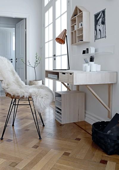 白く軽やかな木材で作り付けられたワークデスク