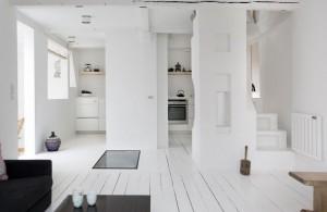 継ぎ目なく漆喰とペンキで塗られたダイニング・キッチン
