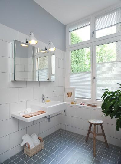 大きな窓と2つ並んだウォールランプのある洗面所