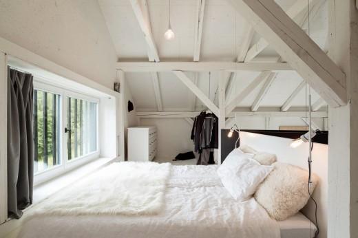 納屋をリノベーションしたロフトハウスのロフトのベッドルーム