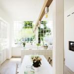 格子窓に囲われた明るく開放的なダイニング・キッチン