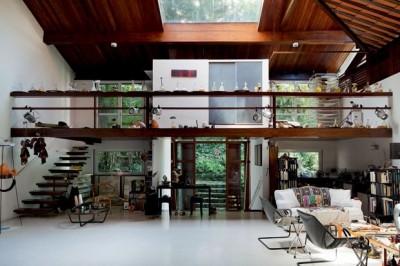 森の中に建つ家のリビング