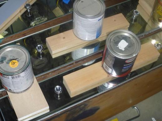 中古のチェストをDIYで鏡張りミラーチェストに7 重石を乗せて鏡を圧着して乾燥