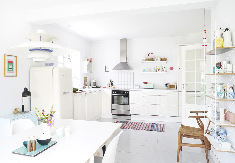 天窓とフレンチドアで囲われた明るく開放的な白基調のダイニング・キッチン
