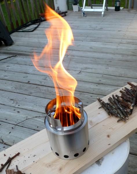 板を渡してその上でsolo stove ソロストーブを燃焼