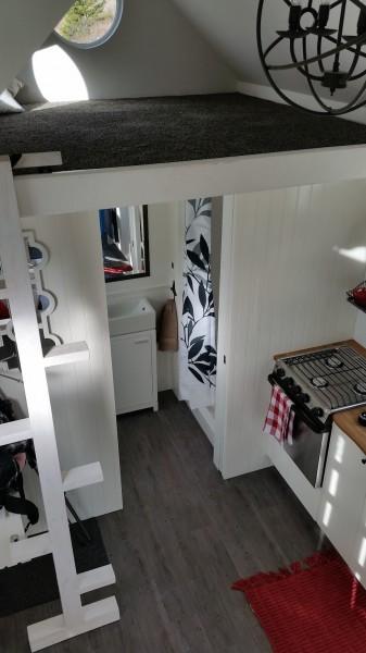 快適に過ごせるロフトが2つあるスモールハウスのロフトその2 絨毯の敷かれたロフト