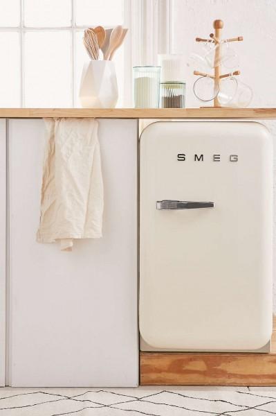 Smegの50年代風ミニ冷蔵庫FAB5白40リットルカウンター下に設置