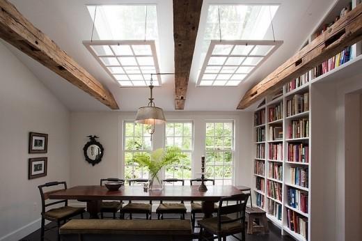 大きな2つの天窓と大きな造作本棚のあるダイニング