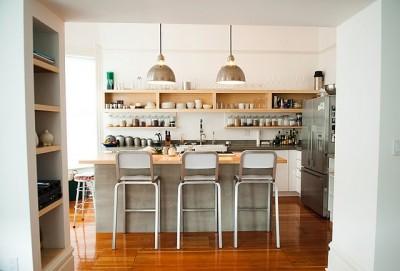 壁面一杯にオープン棚が作り付けられたキッチン