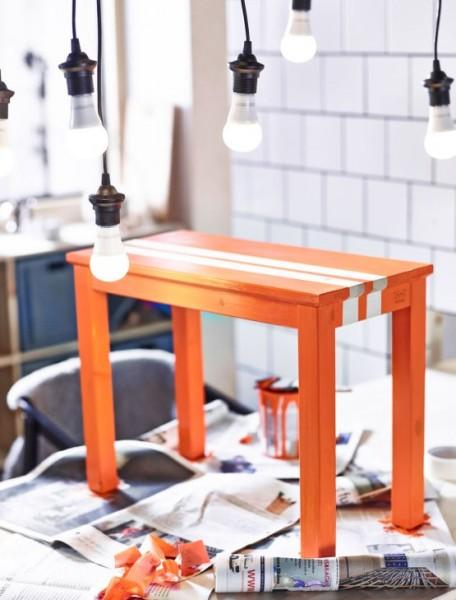 朱色柿色赤橙に塗られた木製のテーブル
