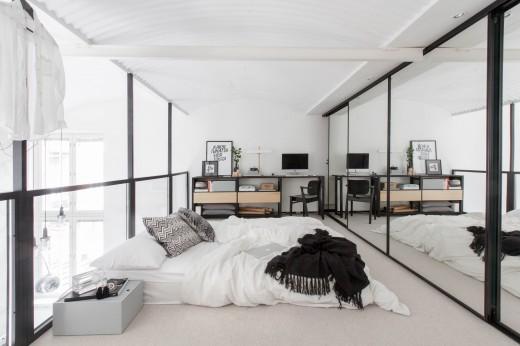 フィンランド南西部トゥルクのアパートメントの鏡とガラスで囲われたロフトベッドルーム1