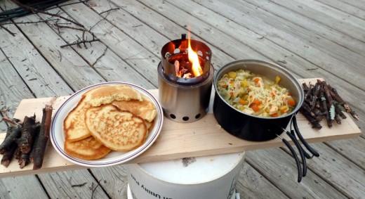 板を渡したその上でsolo stove ソロストーブで調理