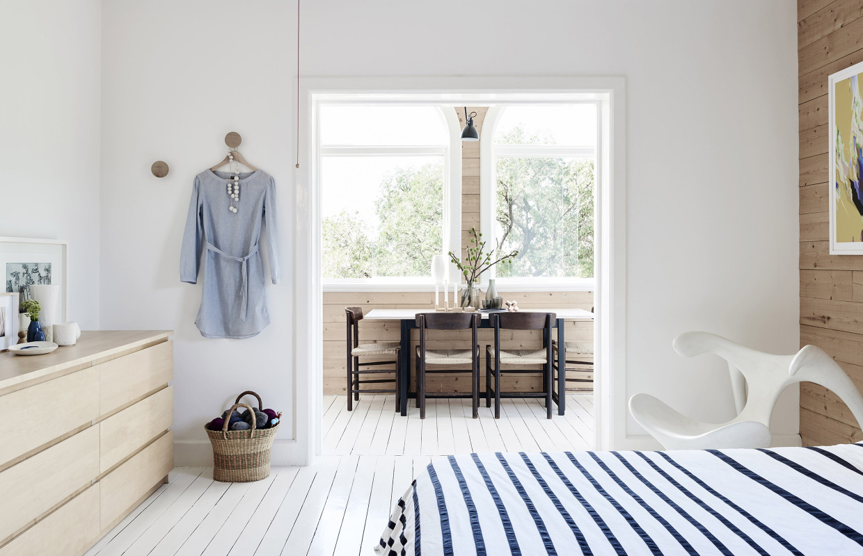 すぐ脇にスモールダイニングが隣接する明るく開放的なベッドルーム