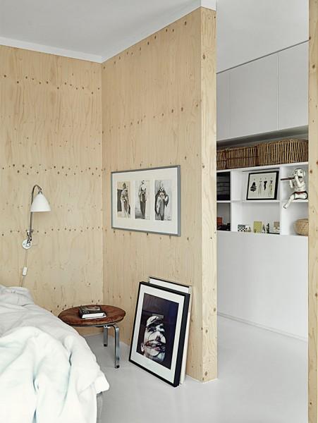 むき出しの構造用合板で仕切られたベッドルーム