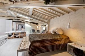 広大なロフトのベッドルーム