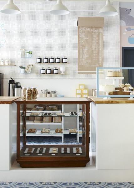 壁一面にオフホワイトの有孔ボードの収納スペースのあるキッチン2