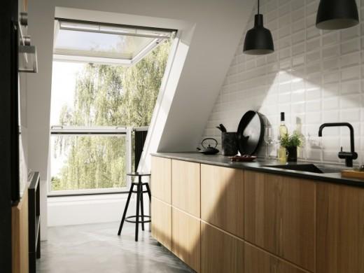勾配天井に埋め込まれた天窓がバルコニーになるVELUXのCABRIOのあるキッチン