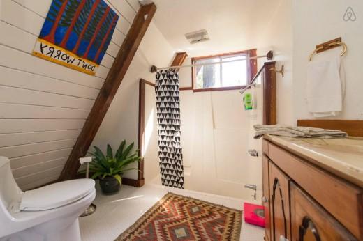 森の中に建つコンパクトなAフレームの山小屋 バスルーム2