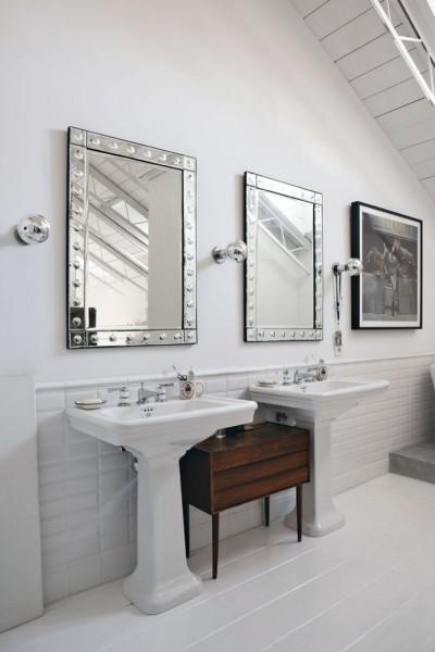 ロフトハウスのバスルームの2つ並んだ鏡とシンク