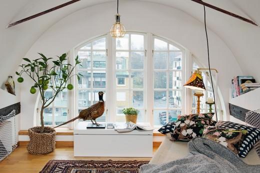 丸い窓と丸い屋根の下のリビング2