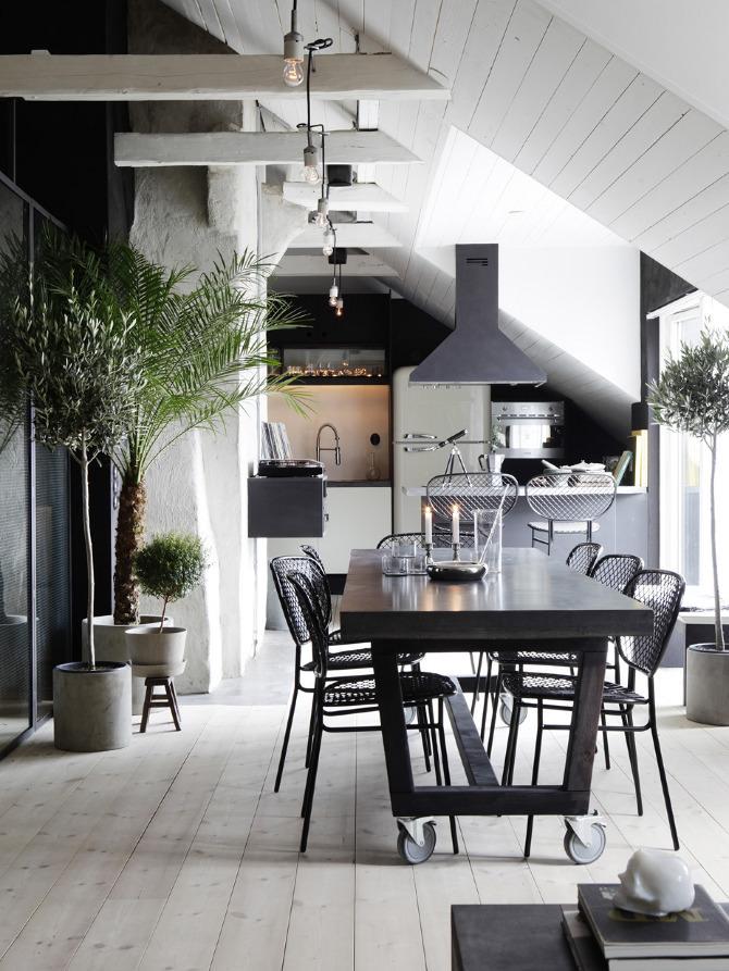 ロフトの斜め天井の下のシックなダイニング・キッチン