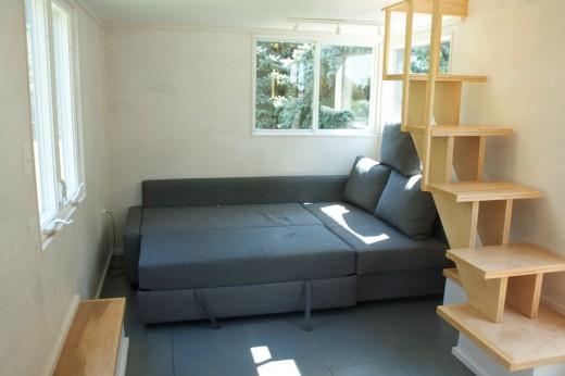 ロフト下のリビングに置かれたソファベッドをベッドに