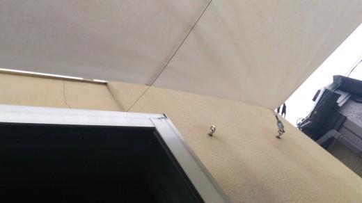 テラスに面した躯体の壁にヒートンを埋め込んで、そこにタープを取り付け
