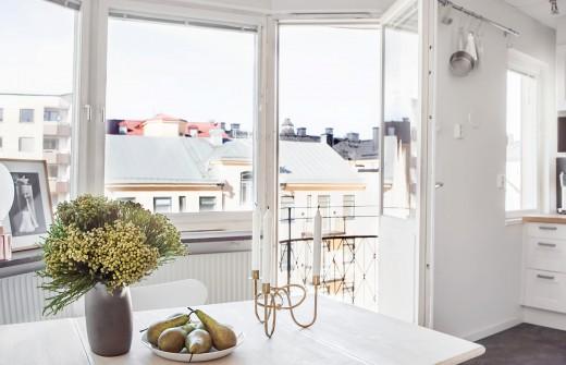 壁で仕切られたベッドルームのあるスウェーデン エステルマルムの1LDKのテラスをダイニングから