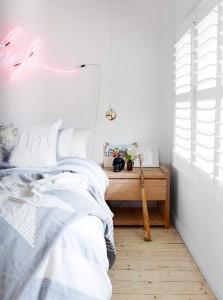 ベッドルームの壁に淡いピンクのネオン