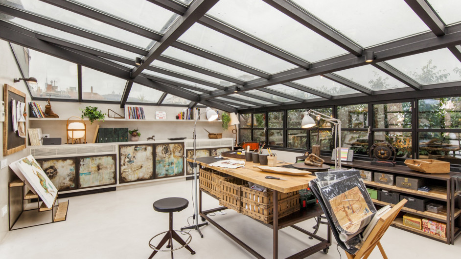 全体ガラス張りの天窓の下の明るく開放的なワークスペース 作業スペース