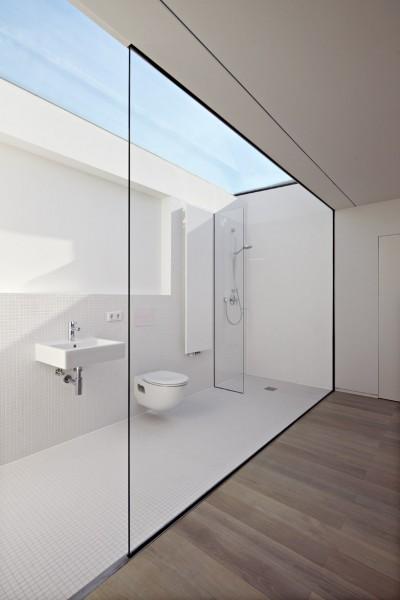 天窓付きで壁も全面ガラス張りの超開放的なバスルーム2