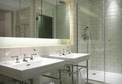 大きな鏡と2人分の洗面台のある洗面所